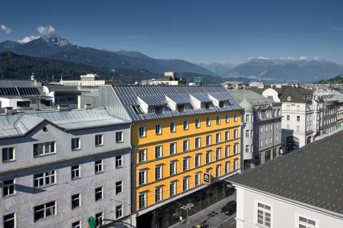 MUSEUMSTRASSE, INNSBRUCK, TIROL, AUSTRIA, ARCHITEKTUR, HAUSER, WOHNEN, WOHNBAU, HOLZBAU, AUFSTOCKUNG, STADTZENTRUM